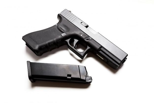 Arme à feu sur blanc