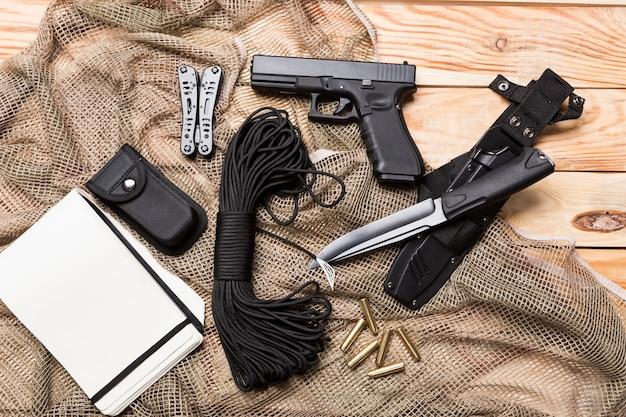 Arme à feu, couteau avec gaine, boussole