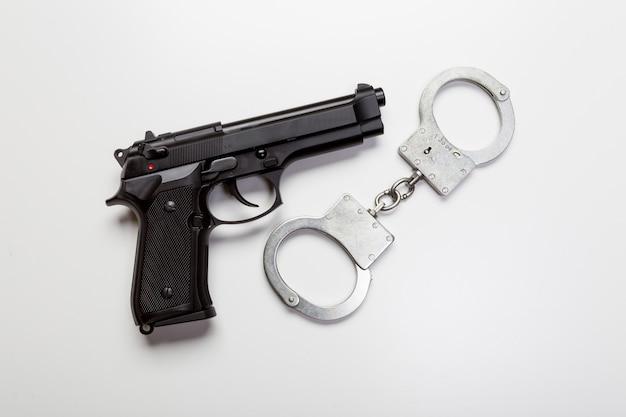 Arme à feu et menottes