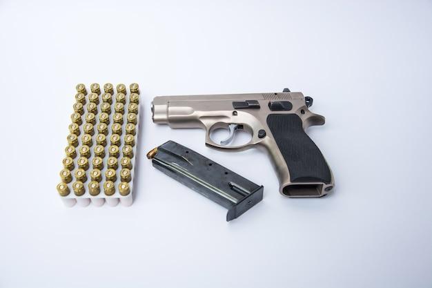 Arme à feu et munitions isolé sur fond blanc.