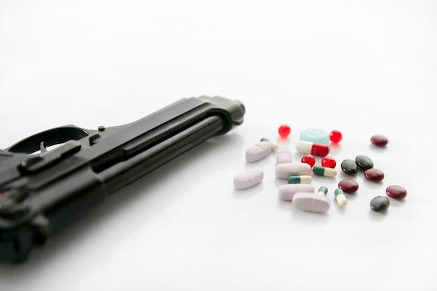 Arme à feu ou pilules deux options au suicide, métaphore