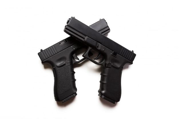 Arme à feu sur une surface blanche