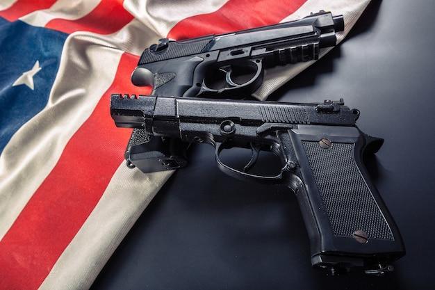 Arme de poing couchée sur le drapeau américain