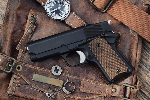 Arme de poing, semi-automatique.