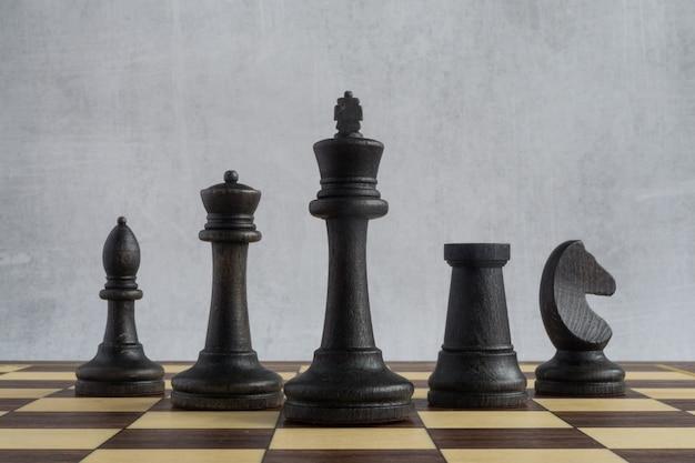 Une armée noire de figures d'échecs seniors