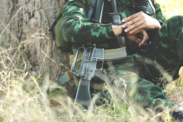 Armée avec pistolet