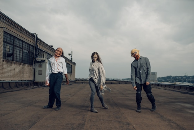 Armée de zombies sur le toit d'un bâtiment abandonné