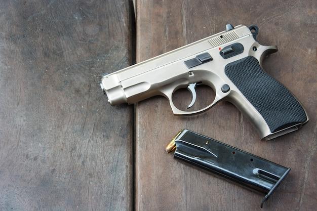 Armes à feu et magazines sur fond en bois