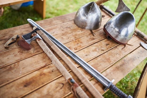 Armes médiévales sur une table en bois