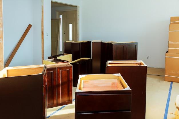 Armoire aveugle, tiroirs d'îlot et comptoirs installés