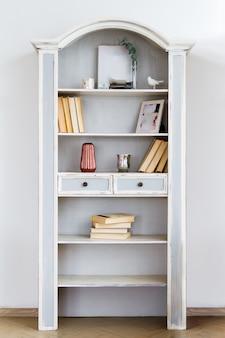 Armoire bibliothèque vintage sur un fond de mur blanc