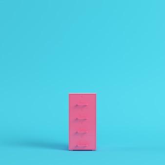 Armoire de classement rose sur fond bleu vif