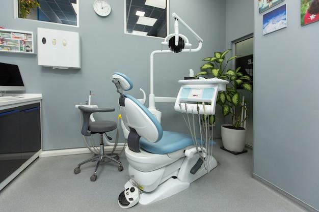 Armoire dentaire avec divers équipements médicaux