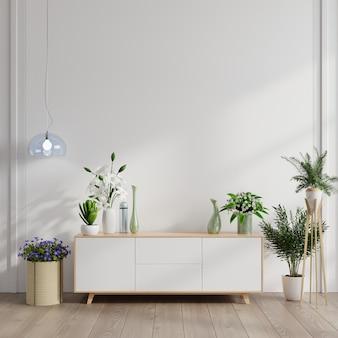 Armoire avec plantes sur mur blanc