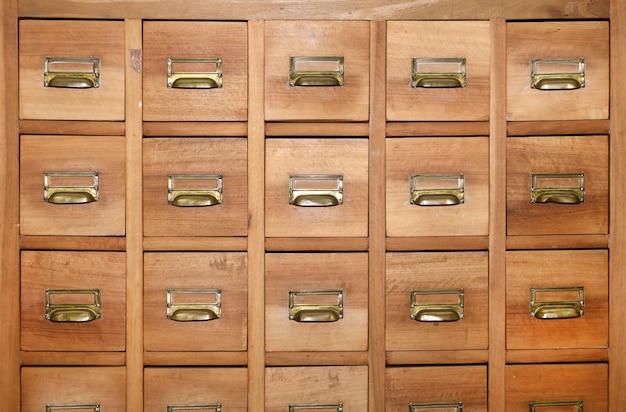 Armoire avec rangées de petits tiroirs en bois