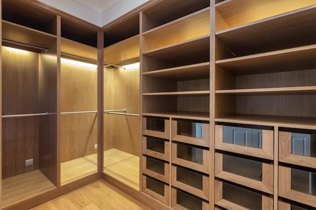 Une armoire vide en bois, pour la famille.