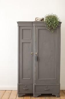 Armoire vintage ancienne grise en intérieur blanc