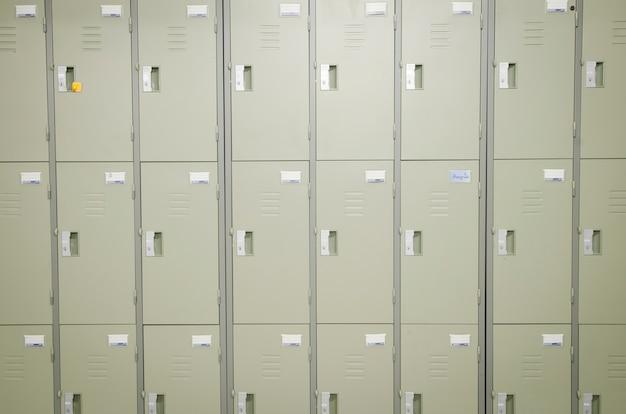 Armoires de casiers dans un vestiaire.