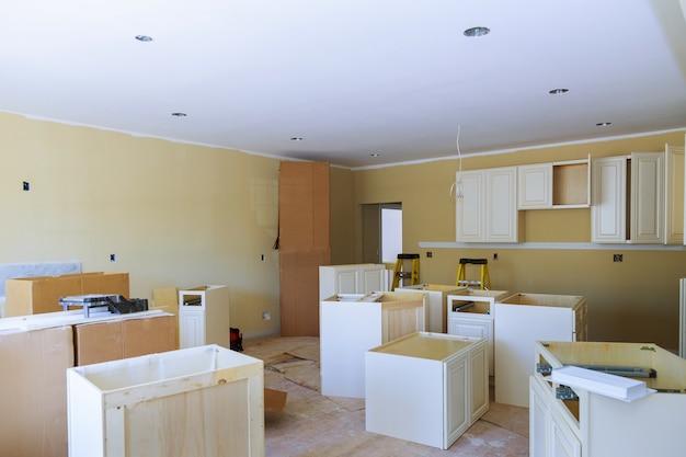 Armoires de cuisine sur mesure à différentes étapes de la base d'installation pour îlot central