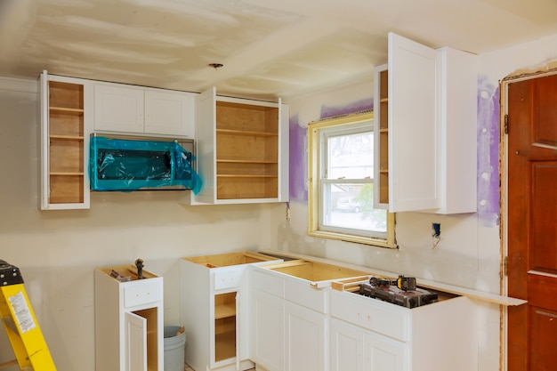 Armoires de cuisine sur mesure à différentes étapes de l'installation