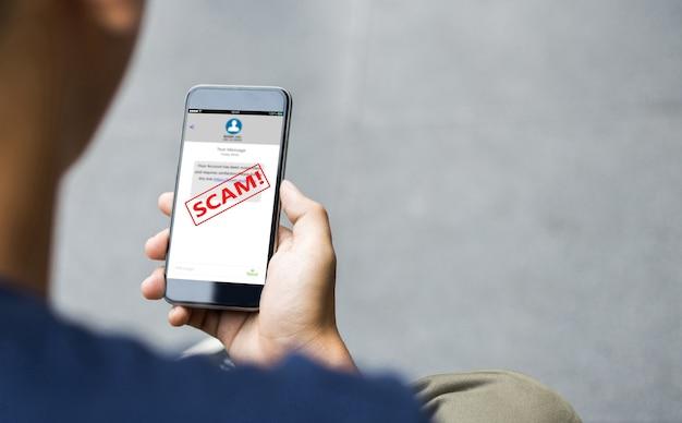 Arnaque sms sms ou concept de phishing. mains d'homme à l'aide d'un téléphone intelligent