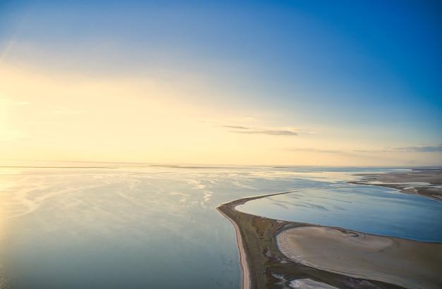 Arobat arrow parmi les belles eaux de la mer, vue de dessus de drone