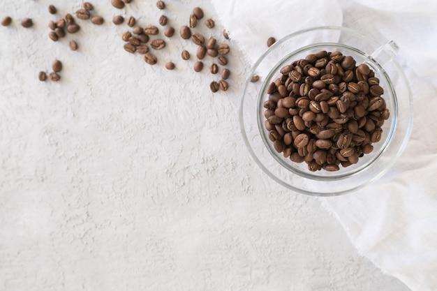 Aroma frame fot texte en verre tasse grains de café sur fond gris