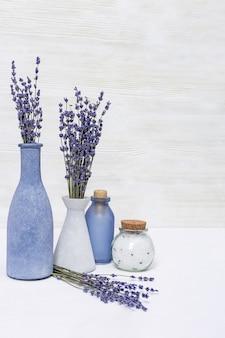 Aromathérapie à la lavande. spa aux fleurs de lavande et huile essentielle en bouteille. copiez l'espace.