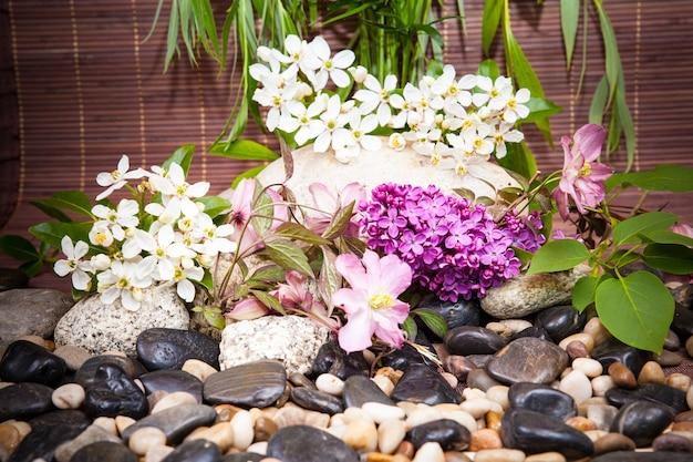 Aromathérapie, spa, soins de beauté et fond de bien-être avec pierre de massage, fleurs... concept de spa