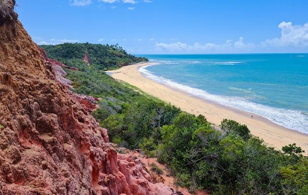 Arraial d'ajuda est un quartier de la municipalité brésilienne de porto seguro, sur la côte de l'état de bahia, falaise sur la plage de pitinga