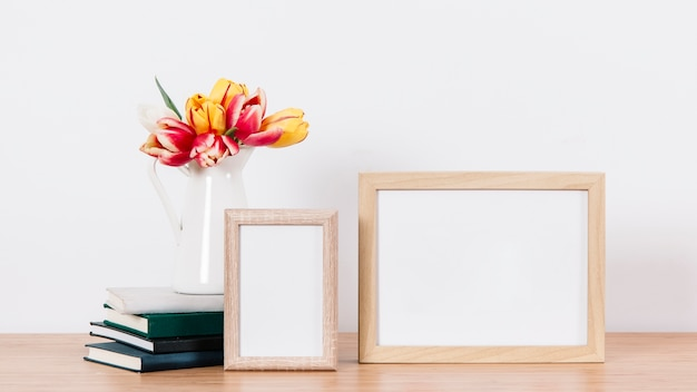 Arrangé des cadres photo et des fleurs