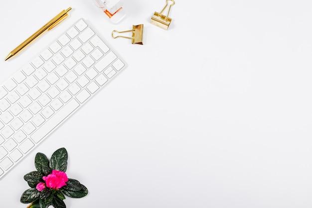 Arrangement d'affaires minimaliste sur fond blanc avec espace de copie