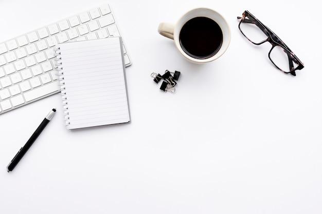 Arrangement d'affaires minimaliste vue de dessus sur fond blanc avec espace de copie