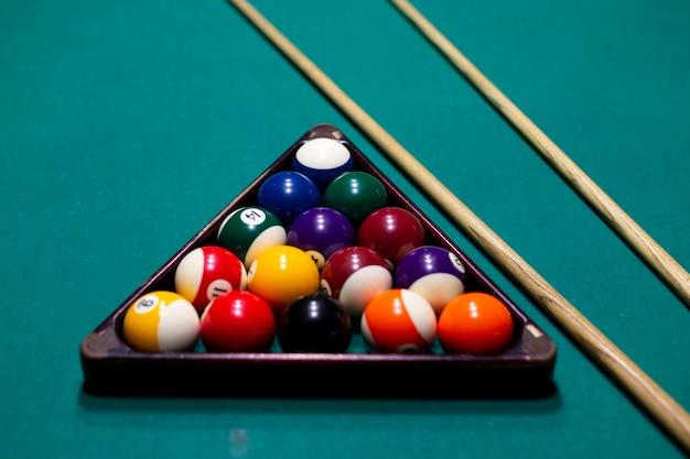 Arrangement à angle élevé avec des balles sur une table de billard