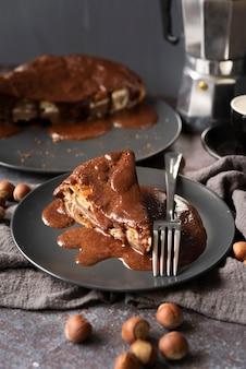 Arrangement à angle élevé avec un délicieux morceau de gâteau