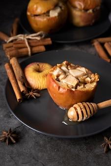 Arrangement à angle élevé avec du miel et des pommes