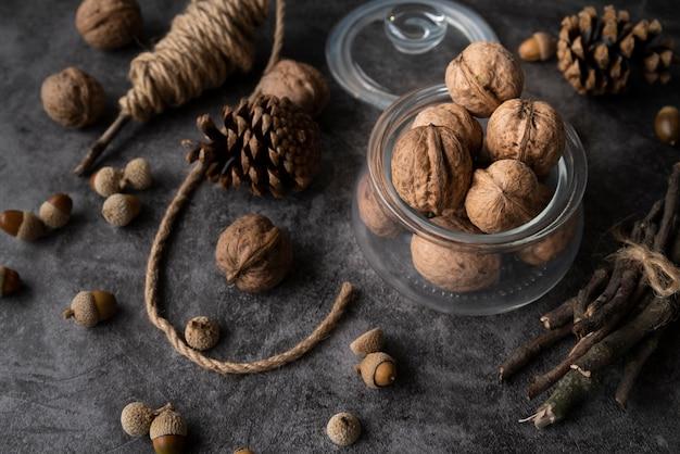 Arrangement à angle élevé avec des noix et des pommes de pin