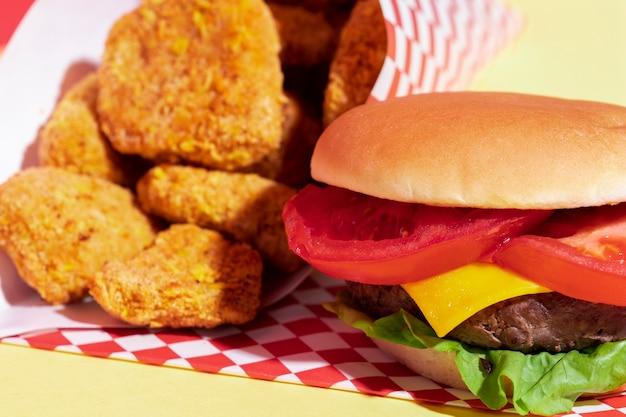 Arrangement à angle élevé avec pépites et cheeseburger