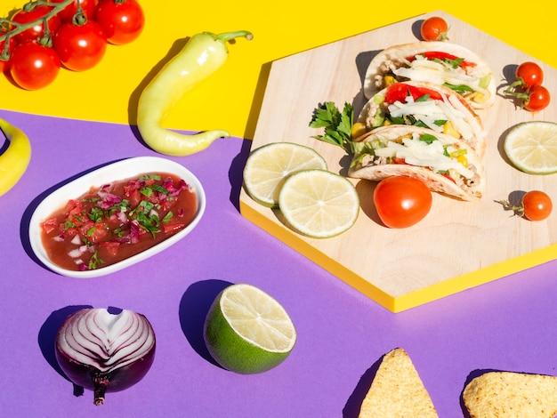Arrangement à angle élevé avec tacos et sauce