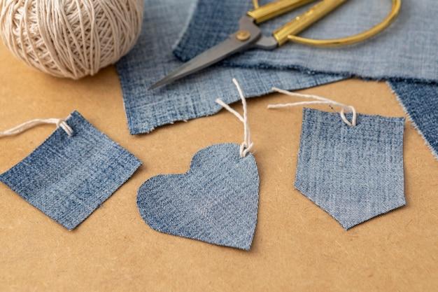 Arrangement à angle élevé avec tissu de jeans