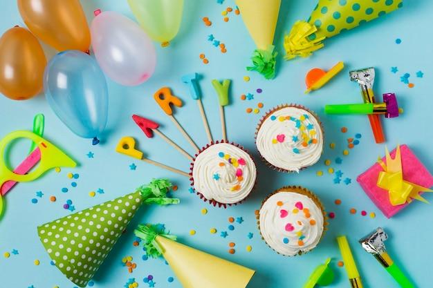 Arrangement d'anniversaire de fête vue de dessus