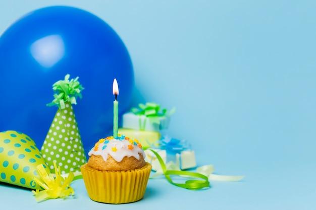Arrangement d'anniversaire mignon avec un petit gâteau