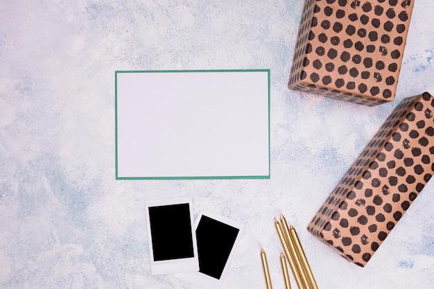 Arrangement d'anniversaire minimaliste sur fond de marbre