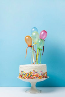 Arrangement d'anniversaire vue de face avec un délicieux gâteau