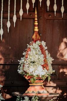 Arrangement d'arches de fleurs avec des orchidées blanches