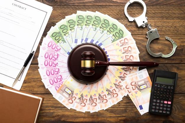 Arrangement avec argent, maillet, calculatrice et contrat