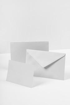 Arrangement avec arrangement d'enveloppe
