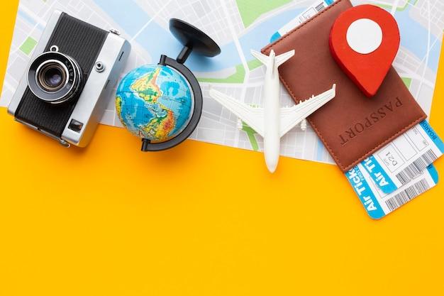 Arrangement d'articles touristiques vue de dessus