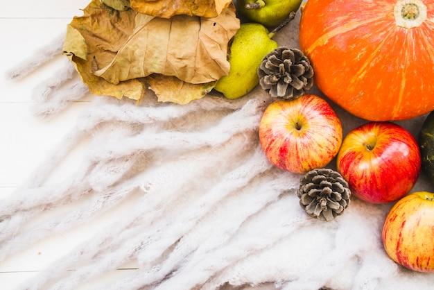 Arrangement d'automne avec citrouille et feuilles fanées