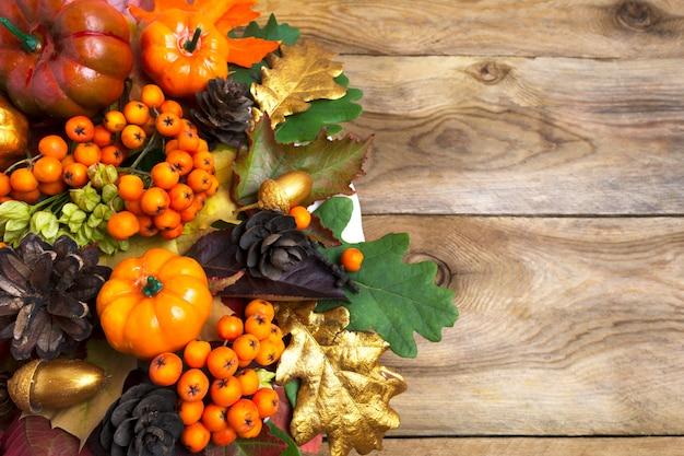 Arrangement d'automne avec citrouilles et baies